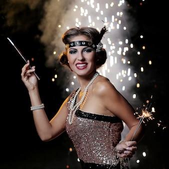 Mujer sonriente mira a la cámara con fondo de fuegos artificiales