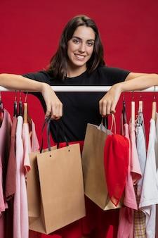 Mujer sonriente mirando a cámara en el centro comercial