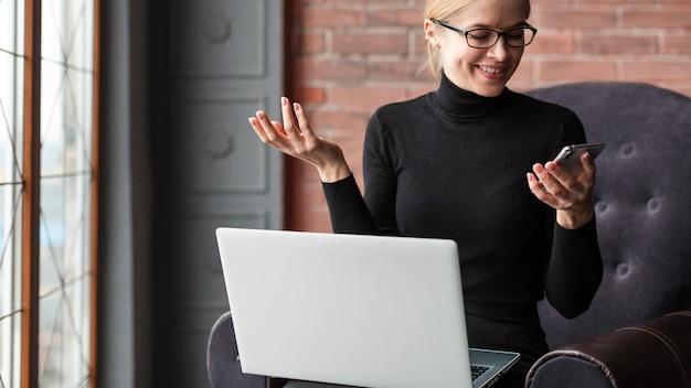 Mujer sonriente mirando móvil