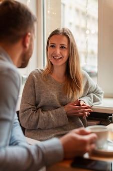 Mujer sonriente mirando a su amiga