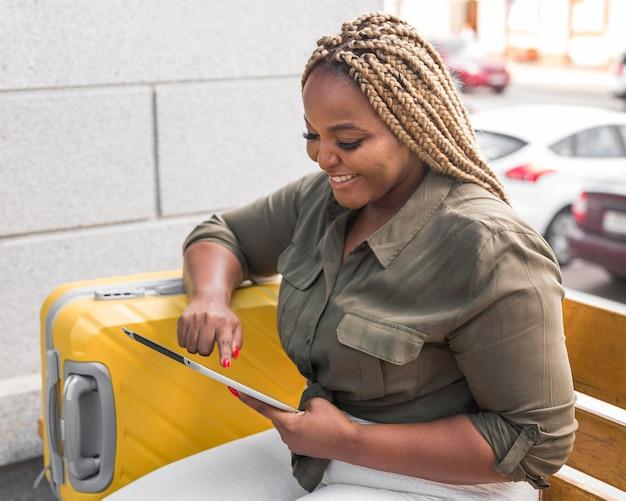 Mujer sonriente mirando su tableta