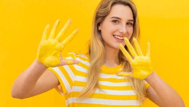 Mujer sonriente mostrando sus palmas