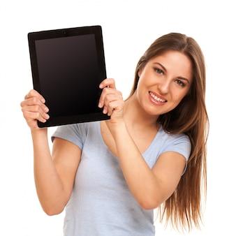 Mujer sonriente muestra un ipad