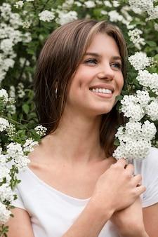 Mujer sonriente en la naturaleza