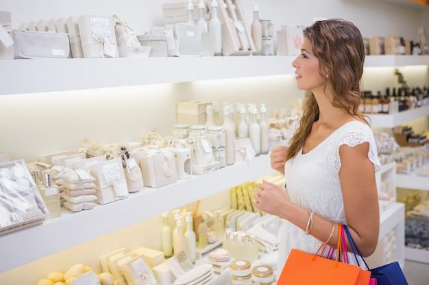 Mujer sonriente navegando productos