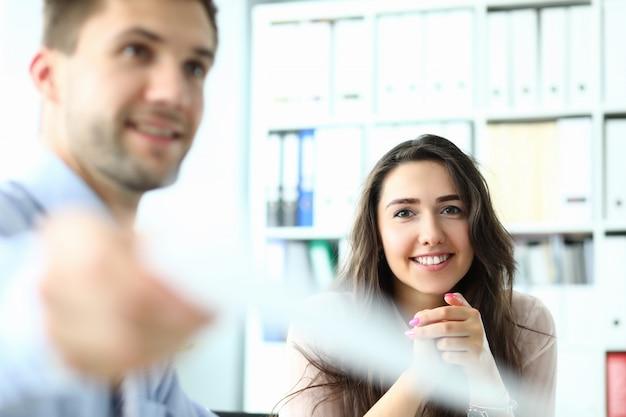 Mujer sonriente en oficina moderna
