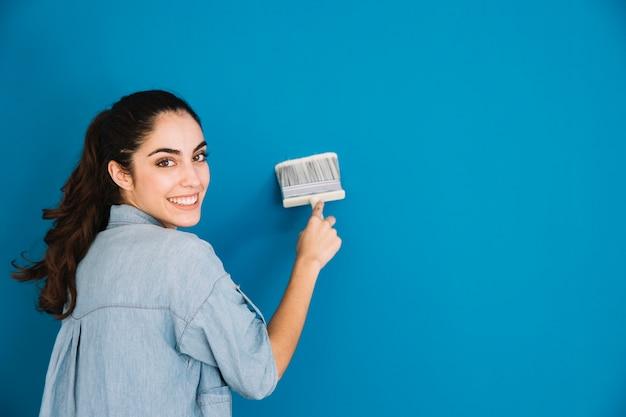 Mujer sonriente pintando