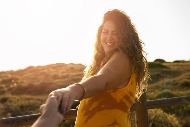 Mujer sonriente posando al aire libre en la naturaleza