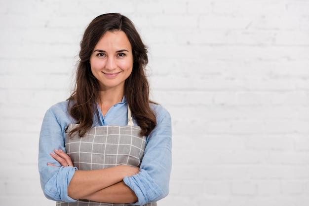 Mujer sonriente posando con espacio de copia