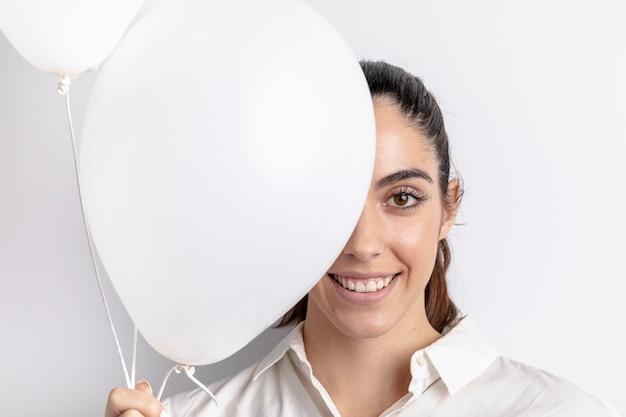 Mujer sonriente posando con globos