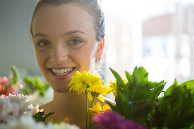 Mujer sonriente, posición, en, floristería