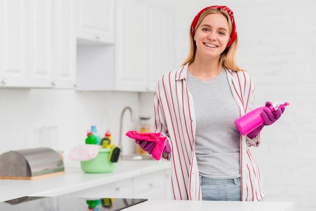 Mujer sonriente preparada para limpiar