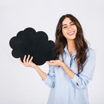 Mujer sonriente presentando pizarra de burbuja de texto