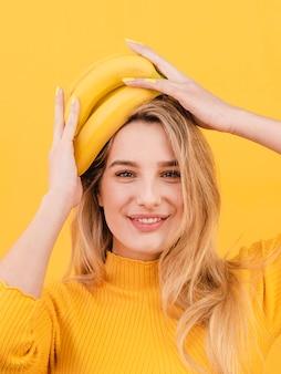 Mujer sonriente de primer plano con plátanos