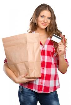 Mujer sonriente que hace compras en un supermercado aislado