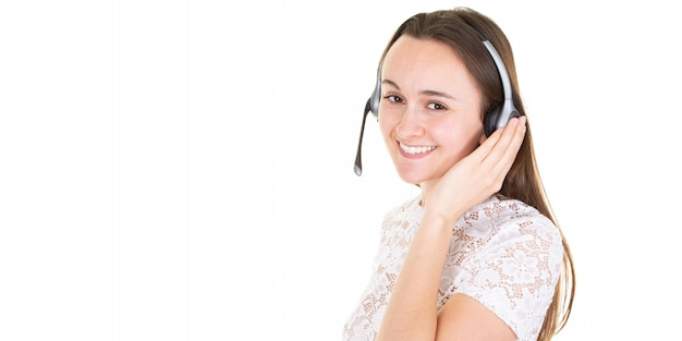 Mujer sonriente que lleva las auriculares del micrófono en bandera del centro de atención telefónica