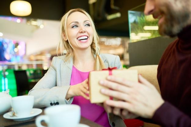 Mujer sonriente que recibe el presente