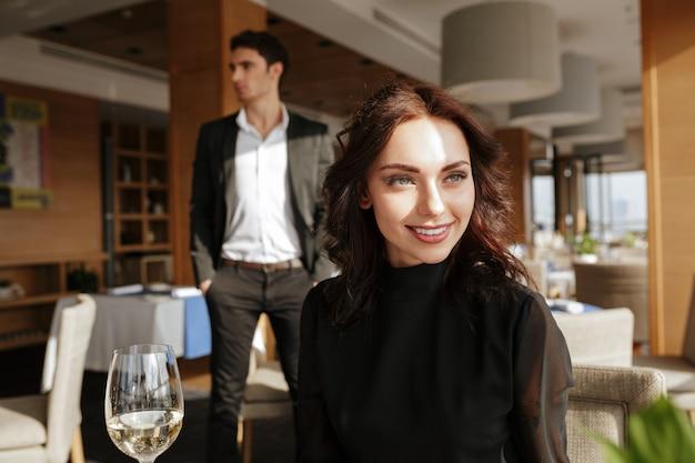 Mujer sonriente en restaurante con hombre