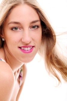 Mujer sonriente rubia aislada en tiro blanco