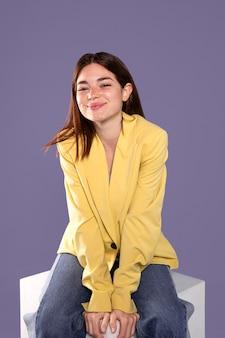 Mujer sonriente sentada tiro medio