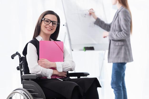 Mujer sonriente en silla de ruedas