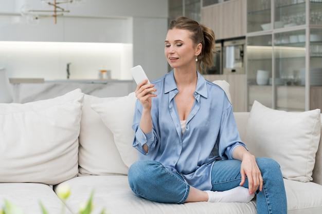 Mujer sonriente con smartphone