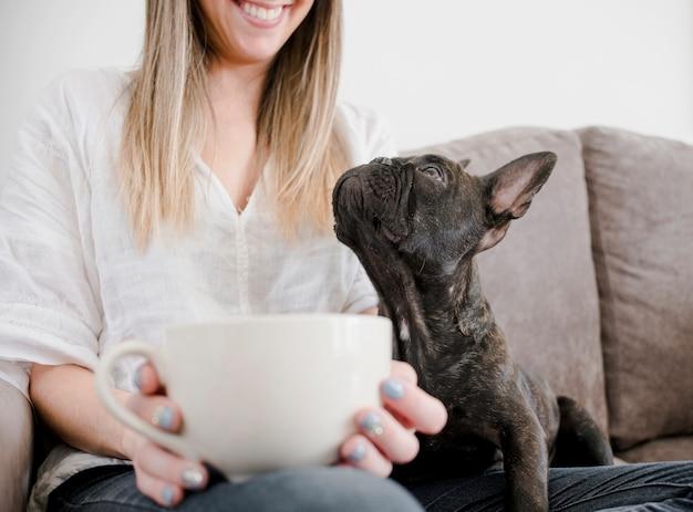 Mujer sonriente con su adorable cachorro