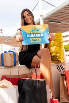 Mujer sonriente con tarjeta promocional