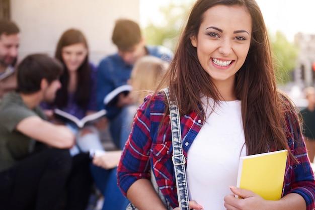 Mujer sonriente tener un descanso en la universidad