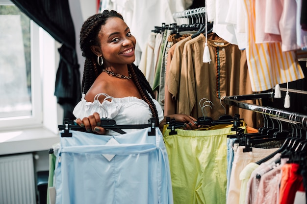 Mujer sonriente en tienda de ropa