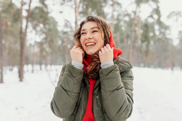 Mujer sonriente de tiro medio al aire libre