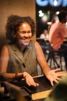 Mujer sonriente de tiro medio charlando
