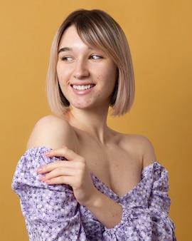 Mujer sonriente de tiro medio posando