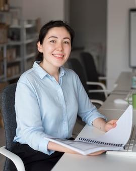 Mujer sonriente de tiro medio con proyecto