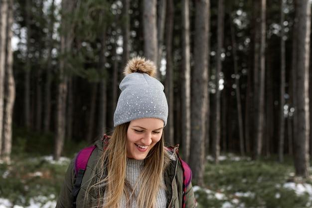 Mujer sonriente de tiro medio con sombrero