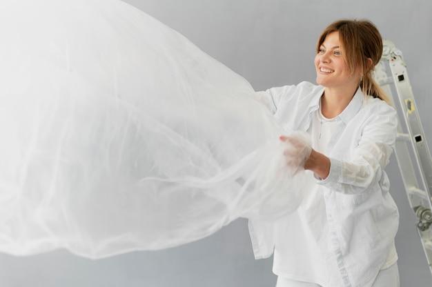 Mujer sonriente de tiro medio con textil