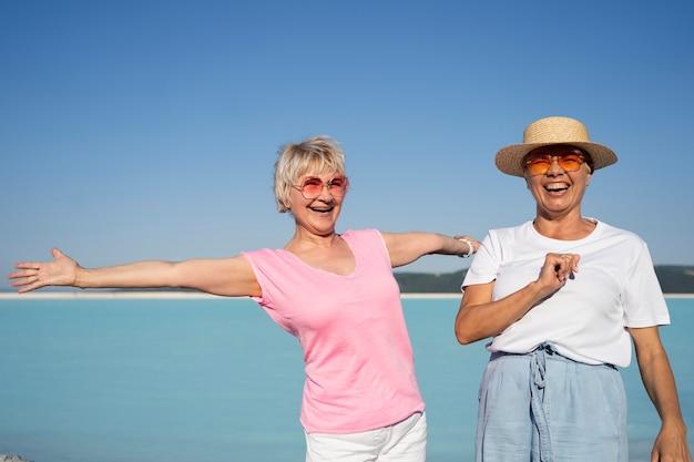 Mujer sonriente de tiro medio en vacaciones