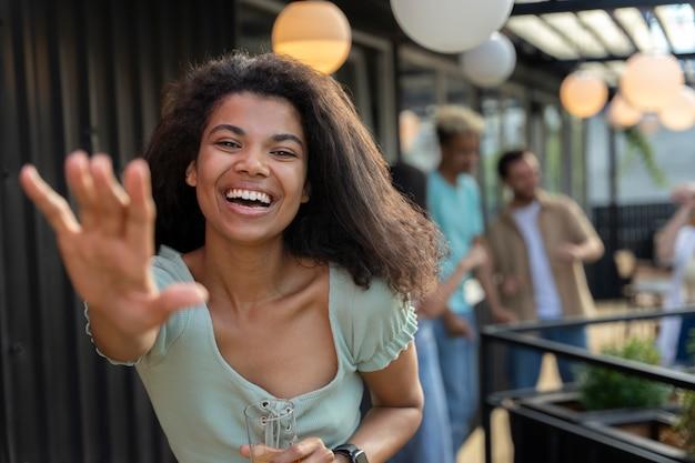 Mujer sonriente de tiro medio