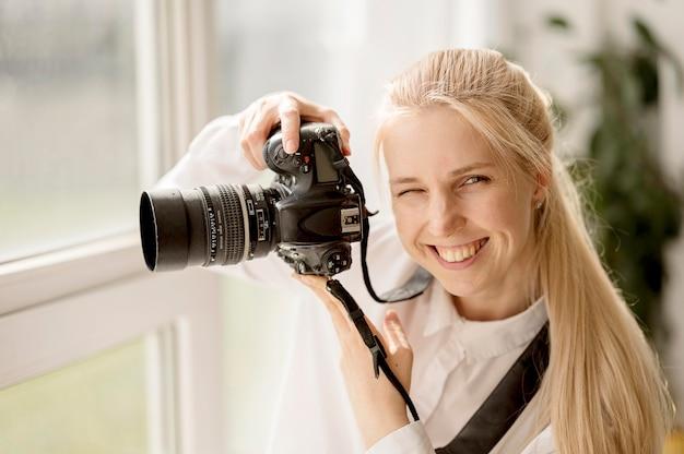 Mujer sonriente tomando una foto