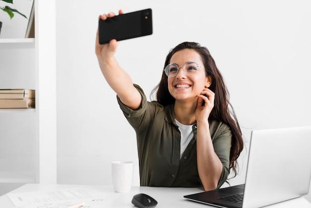 Mujer sonriente tomando selfie