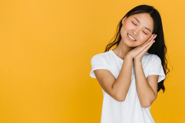 Mujer sonriente tomando una siesta