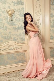 Mujer sonriente en vestido rosa