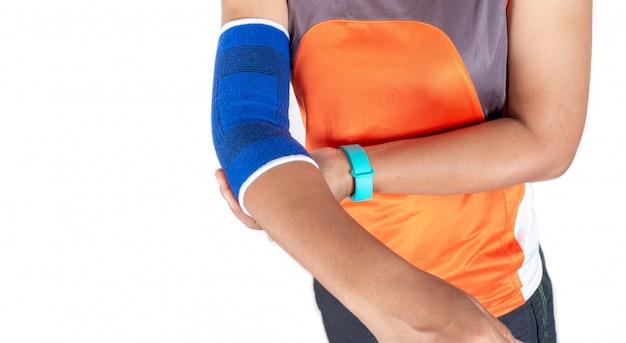 Mujer con soporte de codo debido a una lesión por ejercicio, concepto de atención médica.