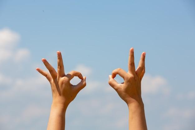Mujer sorda de asia con lenguaje de señas.