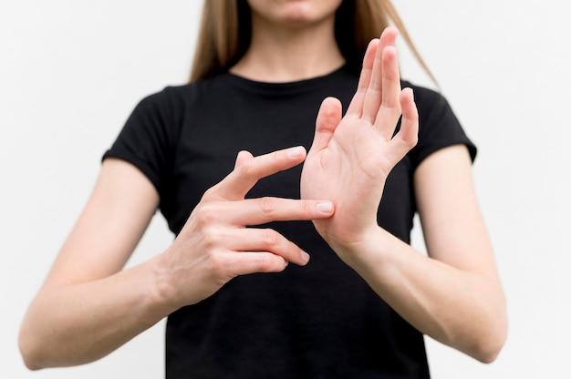 Mujer sorda comunicándose a través del lenguaje de señas