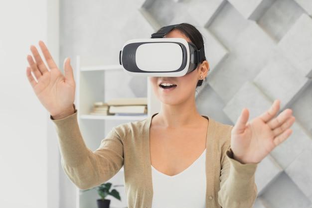 Mujer sorprendida con auriculares virtuales