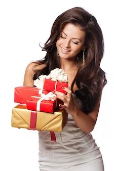 Mujer sorprendida con caja de regalo. fondo blanco