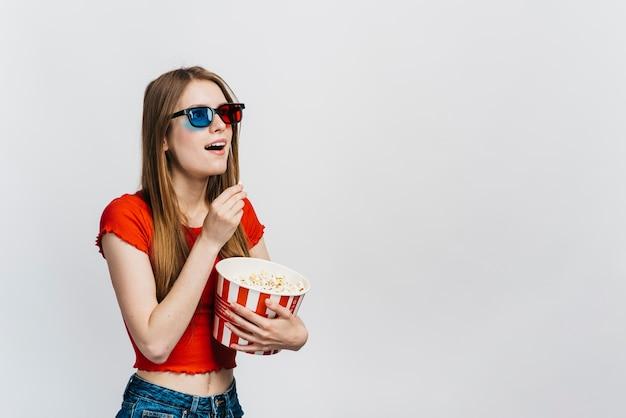 Mujer sorprendida con gafas 3d con espacio de copia