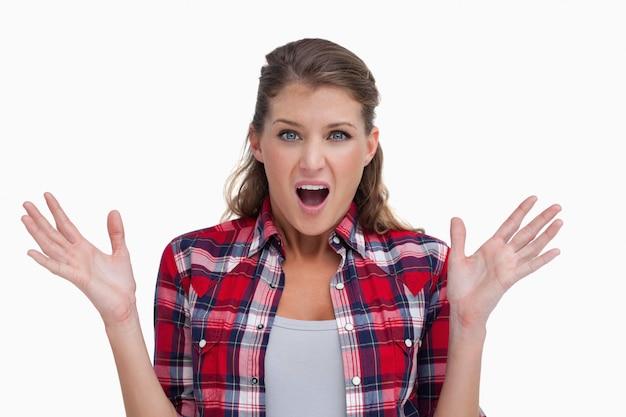 Mujer sorprendida gritando