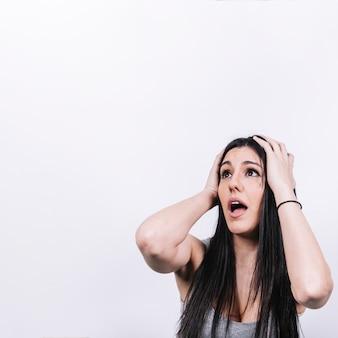 Mujer sorprendida mirando hacia arriba